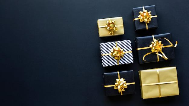 メリークリスマス、クリスマス、新年のお祝いのコンセプト、ギフトボックスと金色の飾り
