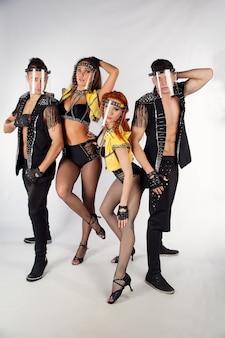 Веселая компания танцоров в стильной одежде