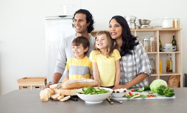 キッチンで楽しいメリーの家族
