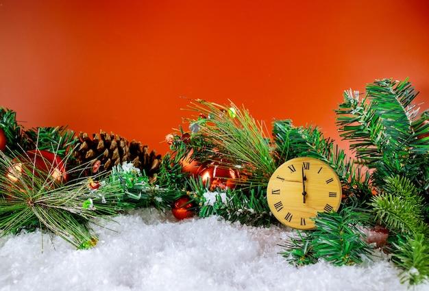 С новым годом с праздниками зимние декоративные часы ель со снегом