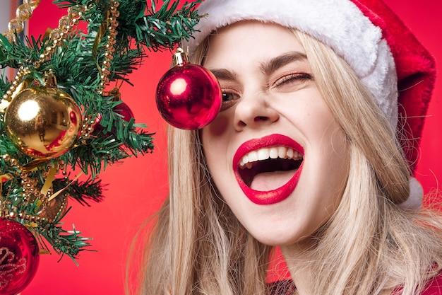 陽気な女性のクリスマスの装飾の休日の魅力のクローズアップ
