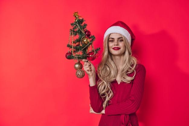 陽気な女性のクリスマスの休日の装飾楽しい赤い背景