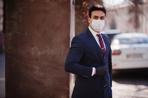 Деловой человек носить костюм с медицинской маской. mers-cov, новый коронавирус 2019-ncov
