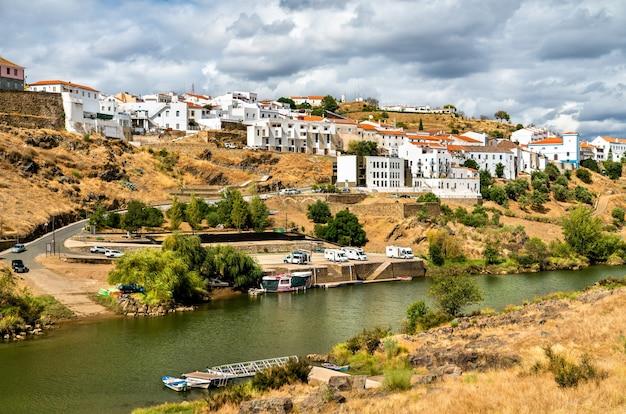 포르투갈 alentejo의 guadiana 강 위의 mertola 마을