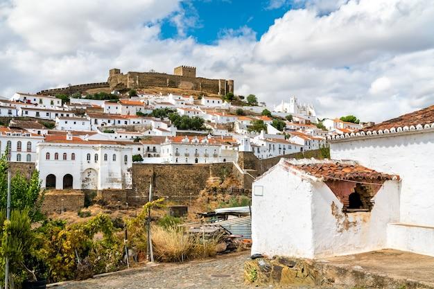 ポルトガル、アレンテージョのグアディアナ川の上のメルトーラの町