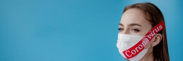 青の背景にmesaageコロナウイルスと赤い紙を指しているサージカルマスクを持つ医師の女性。世界保健機関whoがコロナウイルス病の新しい公式名covid-19を発表