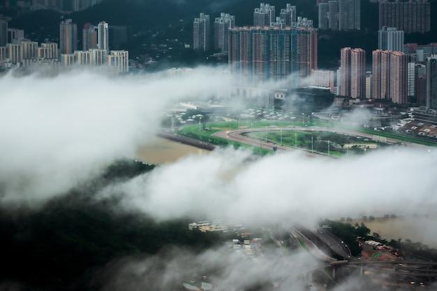 Завораживающий вид с воздуха на город гонконг сквозь облака