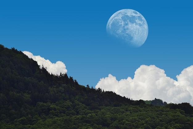 대낮의 빛에 생생한 달의 매혹적인 풍경 샷