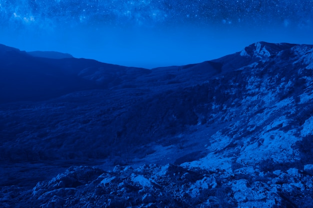 밤에 보름달과 함께 매혹적인 그림 같은 산 풍경
