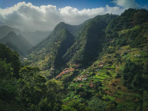 흐린 하늘과 아름다운 녹색 산의 매혹적인 풍경