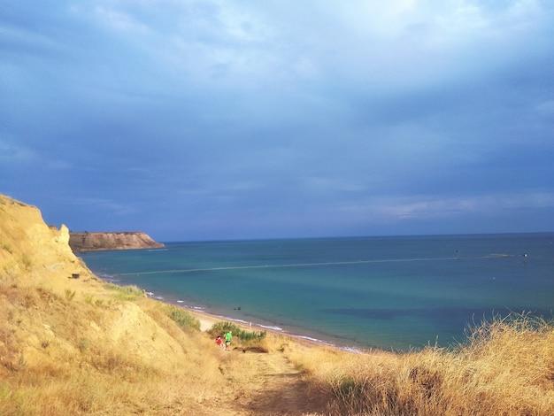 바다 해안의 암석의 매혹적인 풍경