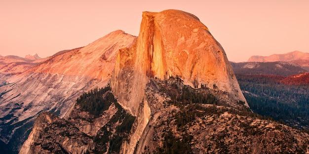 アメリカ合衆国、ヨセミテ国立公園の岩層の魅惑的な風景