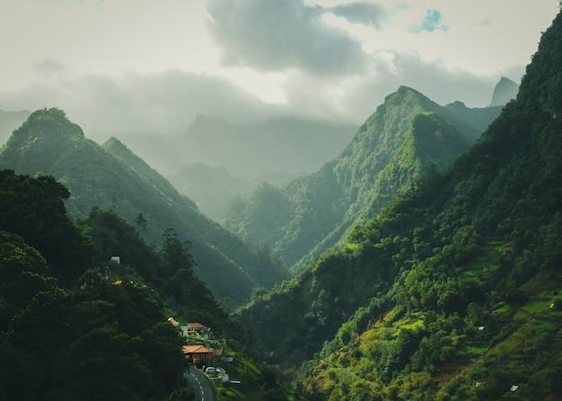 흐린 하늘 표면과 녹색 산의 매혹적인 풍경