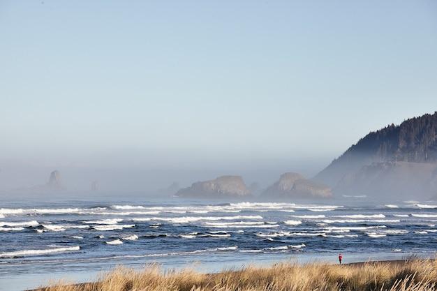 米国オレゴン州キャノンビーチでの海の波の魅惑的な風景