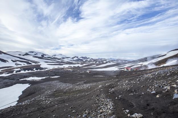 흐린 하늘과 눈 덮인 산의 매혹적인 풍경