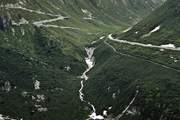 美しい緑の山々の魅惑的な風景