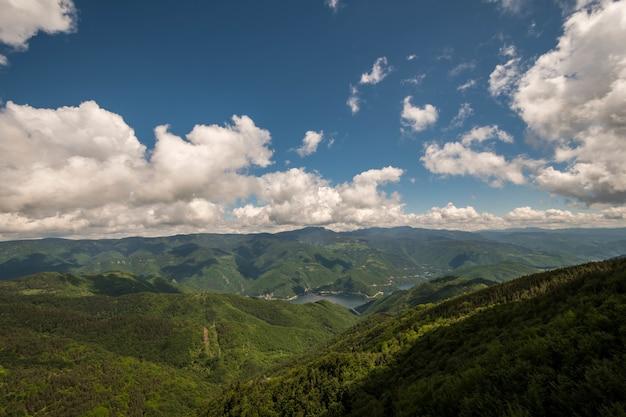 흐린 하늘 아래 푸른 산의 매혹적인 풍경
