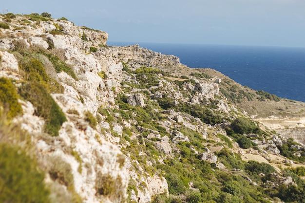 Scenario affascinante di una formazione rocciosa sulla riva dell'oceano a malta