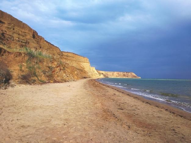 Scenario affascinante di una formazione rocciosa sulla riva dell'oceano