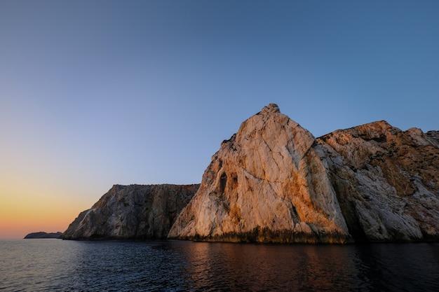 美しい海と巨大な岩の魅惑的なショット