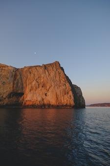 아름다운 바다와 거대한 바위의 매혹적인 샷