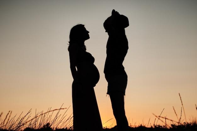 素敵な妊娠中のカップルの魅惑的なショット-レズビアンの家族の概念