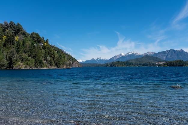 아르헨티나 남부의 바위와 숨겨진 산악 풍경이있는 해변의 매혹적인 샷