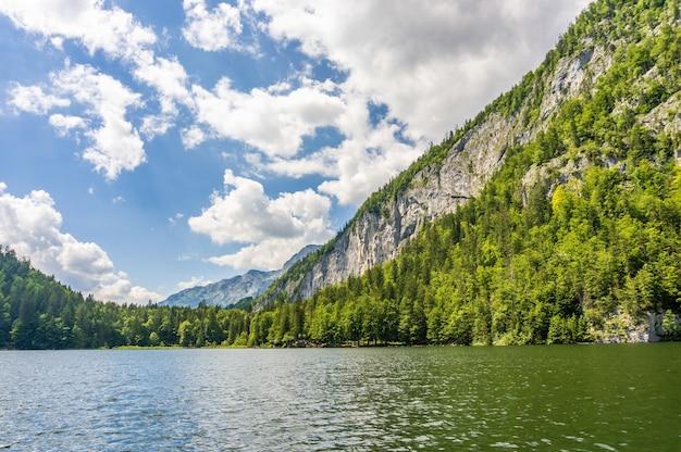 오스트리아의 호수 Toplitz Neuhaus의 매혹적인 샷 무료 사진