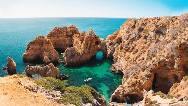 Завораживающий снимок понта-да-пьедаде, живописного места в португалии.