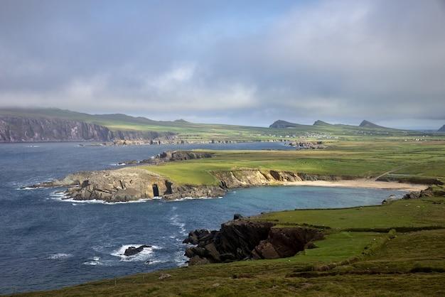 Vista incantevole del bellissimo paesaggio marino immerso nel verde