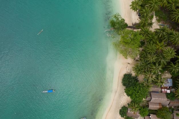 Vista affascinante della costa con sabbia bianca e acque turchesi in indonesia