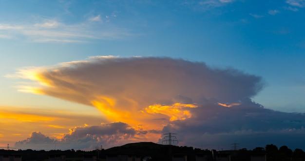 Vista affascinante di una nuvola lenticolare a laziska gorne, poland