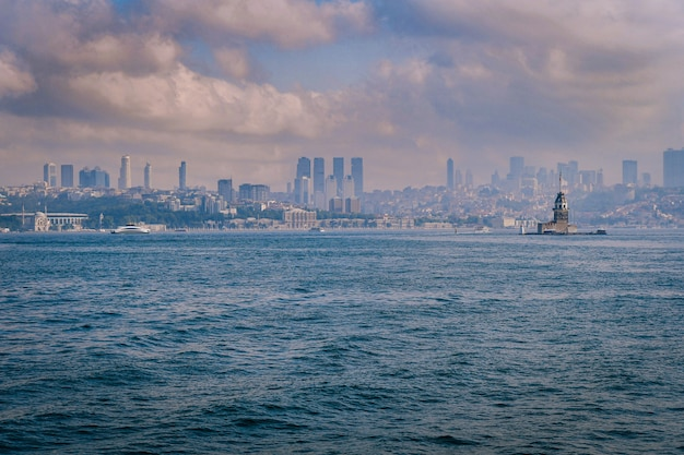 Vista affascinante della torre della vergine con edifici sullo sfondo a istanbul, turchia