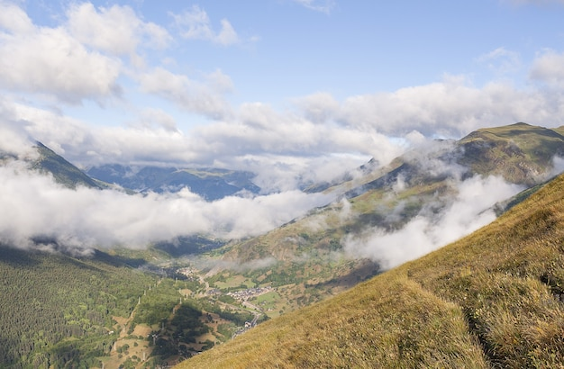 Vista affascinante delle montagne coperte di nuvole in val de aran