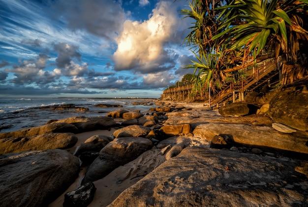 Завораживающий вид на красивое солнечное побережье, квинсленд, австралия.