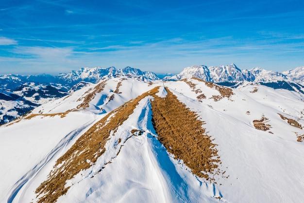 雪をかぶった美しい山々の魅惑的な景色