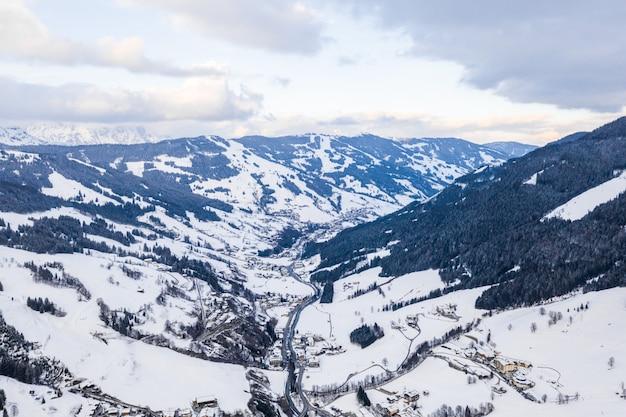 Завораживающий вид на красивые заснеженные горы