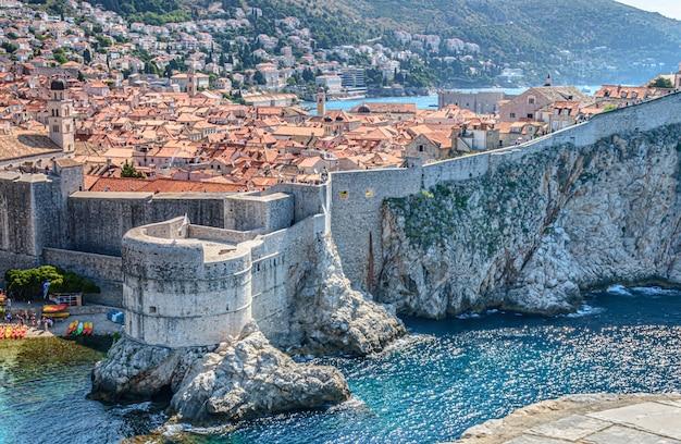 クロアチアのドゥブロヴニクの中世の旧市街の壁に沿ったボカール砦の魅惑的な景色