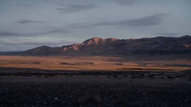 日没時の山脈の魅惑的な景色