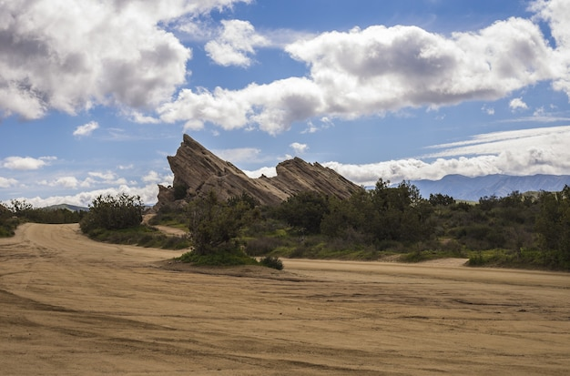 曇り空の下で砂漠の岩の魅惑的なビュー