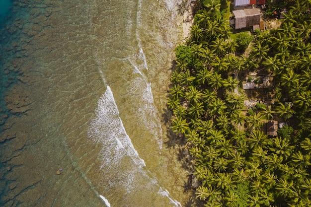 Завораживающий вид на пляж с белым песком и бирюзовой прозрачной водой в индонезии.