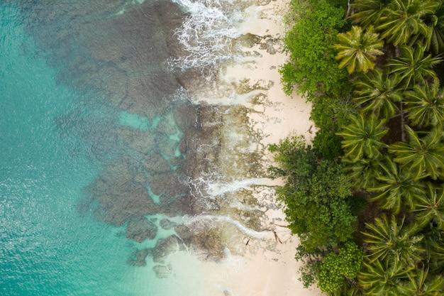 인도네시아의 하얀 모래와 청록색 맑은 물이있는 해변의 매혹적인 전망