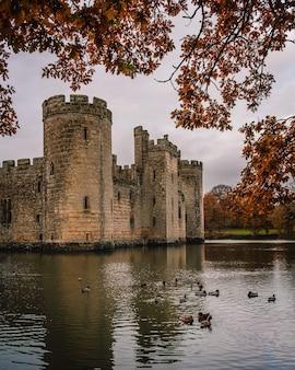 가을에 서식스의 보디암 성(bodiam castle)의 매혹적인 전망