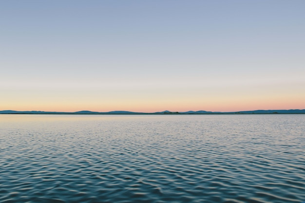 Завораживающий вид на спокойный океан под голубым небом - идеально подходит для фона