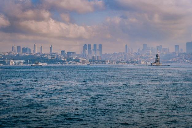 터키 이스탄불(istanbul)의 배경에 건물이 있는 메이든스 타워(maden's tower)의 매혹적인 전망