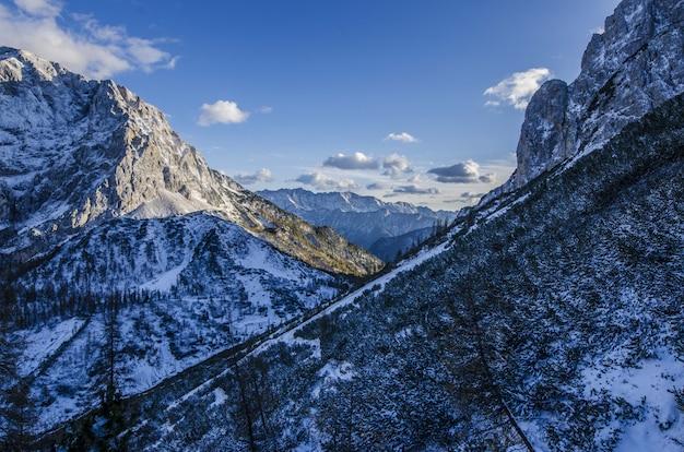 Завораживающий вид на горы под голубым небом, покрытым снегом