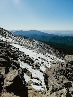 화창한 날에 눈으로 덮여 스페인 페날 라라 산의 매혹적인 전망