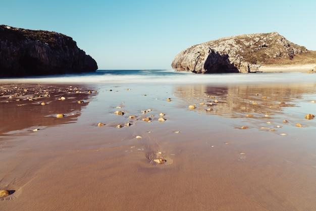 Завораживающий вид на море с пляжа в ясный день