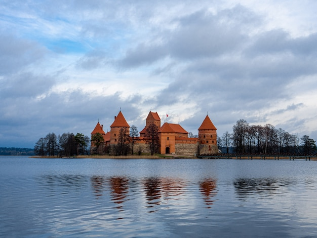穏やかな水に囲まれたリトアニアのトラカイにあるトラカイ島城の魅惑的な景色
