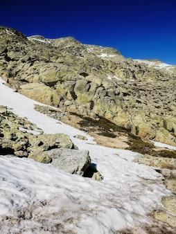 Vista affascinante della montagna penalara in spagna coperta di neve in una giornata di sole